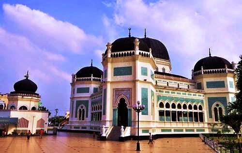 Masjid Raya Kota Medan yang bisa dikunjungi dengan jasa sewa mobil medan